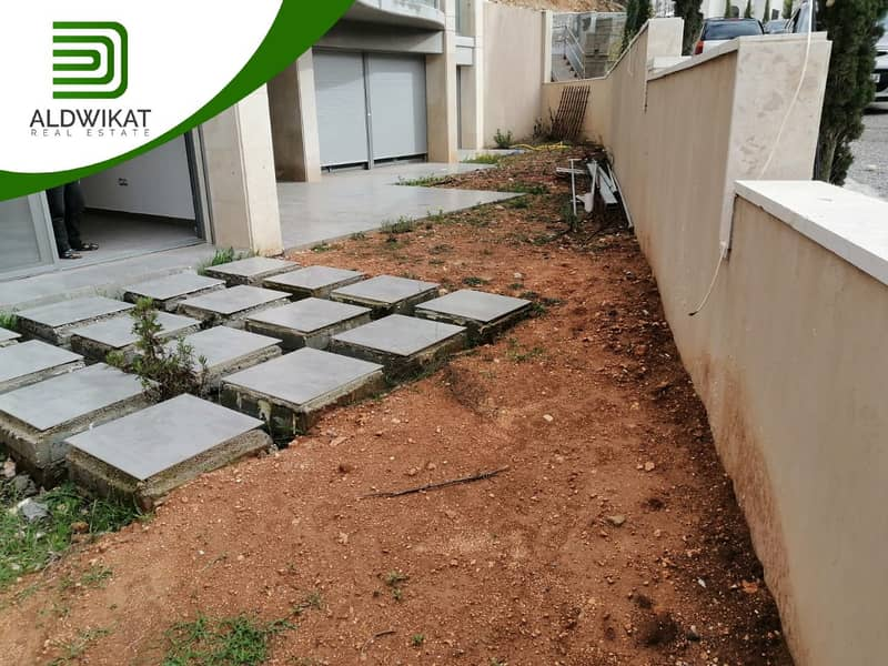 شقة شبه ارضية على مستوى الشارع للبيع في دابوق مساحة البناء 385 م