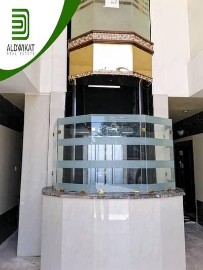 3 Bedroom Flat for Sale in Al Kursi, Amman - شقة أرضية مفروشة بتشطيبات فاخرة للبيع في الكرسي بمساحة 160 م و ترس 25 م